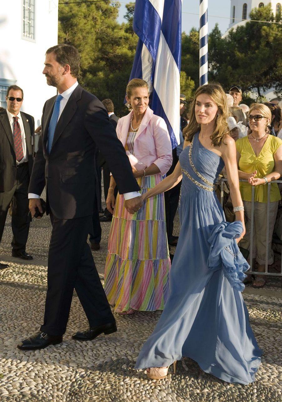 La princesse Letizia et le prince Felipe d'Espagne, suivis de l'infante Elena, sur l'île de Spetses le 25 août 2010