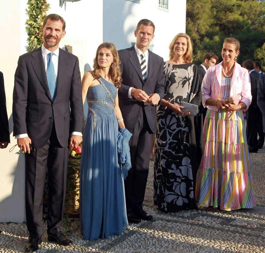 La princesse Letizia et le prince Felipe d'Espagne, l'infante Cristina et Iñaki Urdangarin, l'infante Elena sur l'île de Spetses, le 25 août 2010