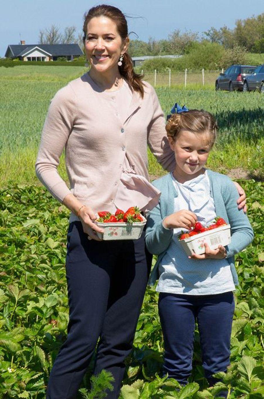 La princesse Mary de Danemark et la princesse Isabella, le 6 juin 2015