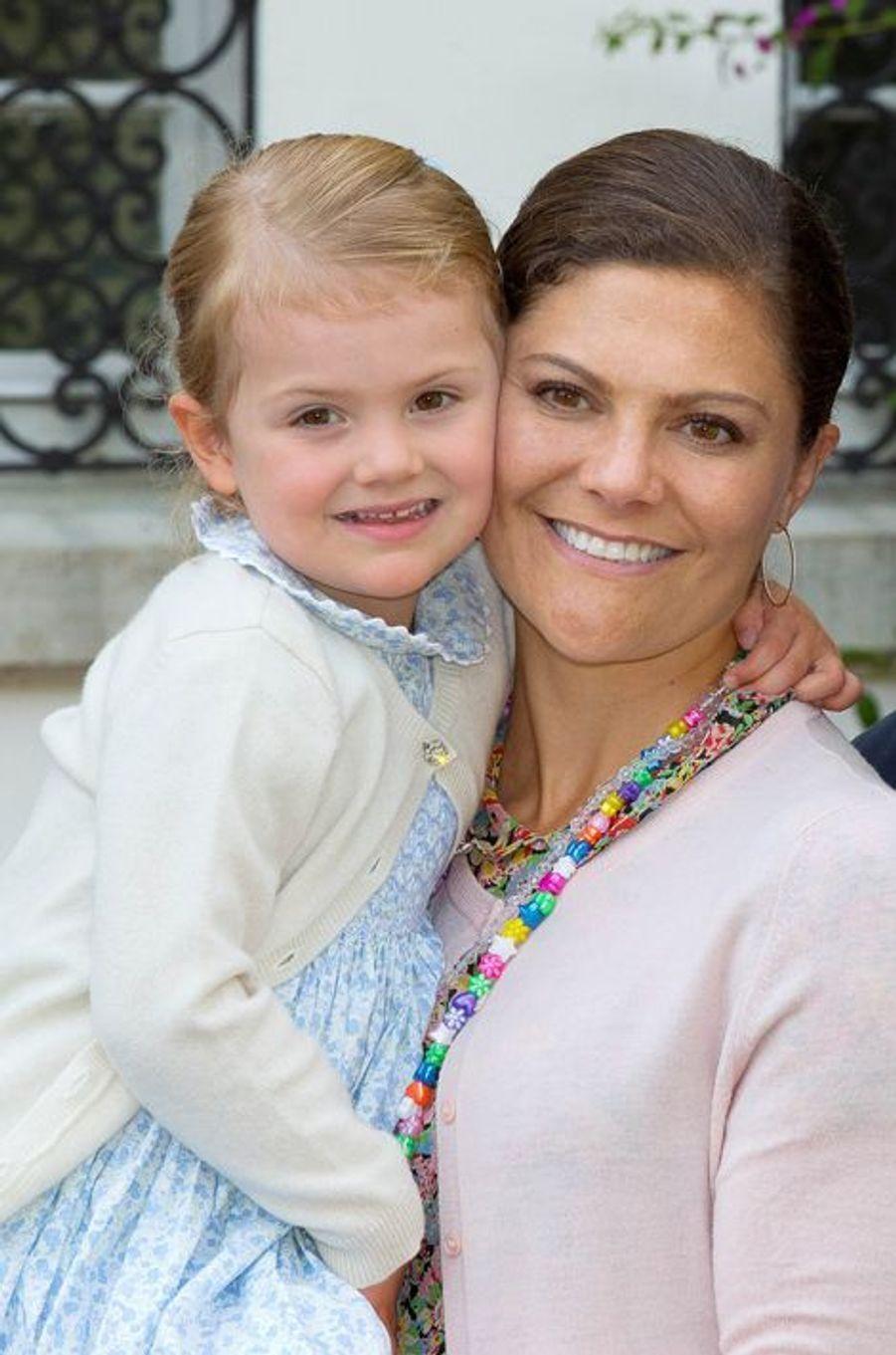 La princesse Victoria de Suède et la princesse Estelle, le 14 juillet 2015
