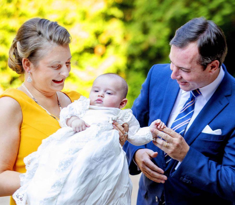 Le prince Charles de Luxembourg avec ses parents la princesse Stéphanie et le prince héritier Guillaume à l'abbaye de Clervaux le 19 septembre 2020, jour de son baptême