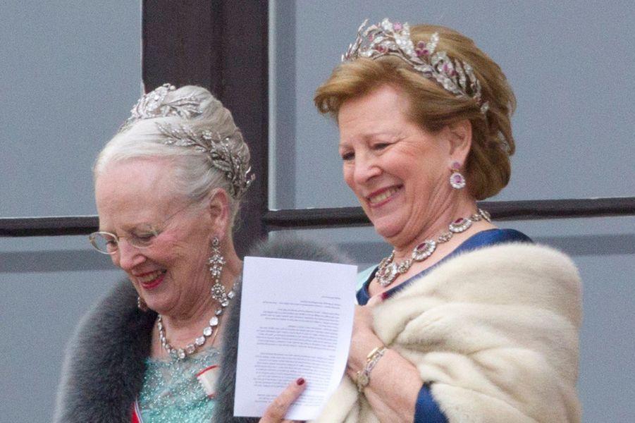 Les diadèmes de lareine Margrethe II de Danemark et de l'ex-reine Anne-Marie de Grèce à Oslo le 9 mai 2017