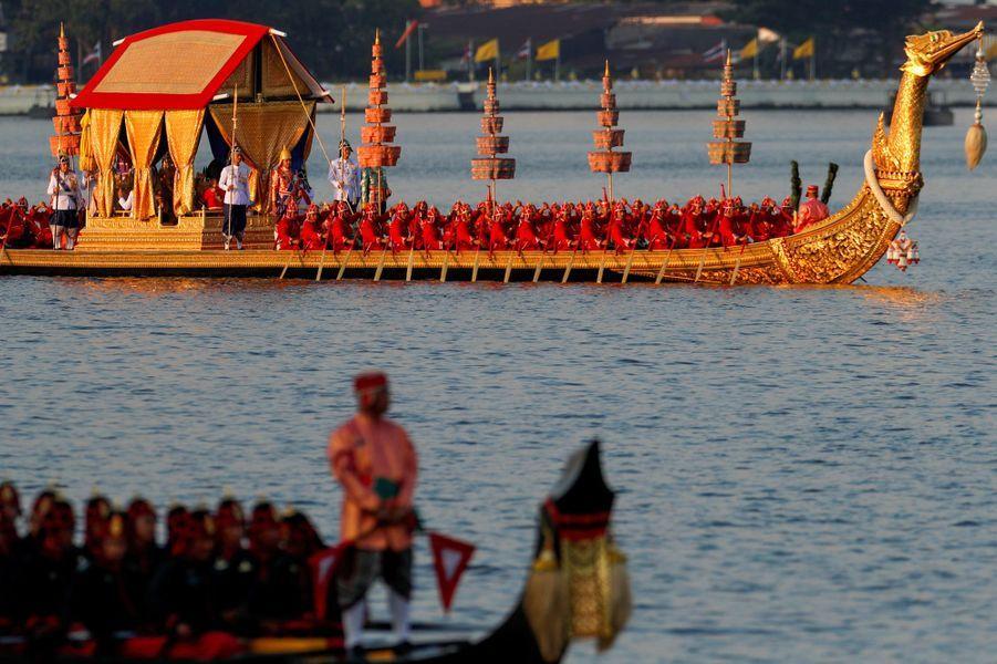 Le roi de Thaïlande Maha Vajiralongkorn (Rama X) et la reine Suthida, lors de la procession de la barge royale à Bangkok, le 12 décembre 2019