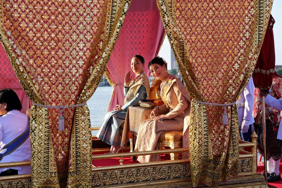 Les princesses Bajrakitiyabha et Sirivannavari Nariratana de Thaïlande, lors de la procession de la barge royale à Bangkok, le 12 décembre 2019