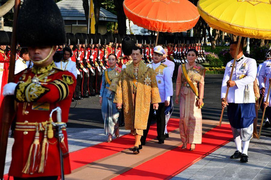 Le roi de Thaïlande Maha Vajiralongkorn (Rama X) et la reine Suthida avec le prince Dipangkorn Rasmijoti et les princesses Bajrakitiyabha et Sirivannavari Nariratana, lors de la procession de la barge royale à Bangkok, le 12 décembre 2019