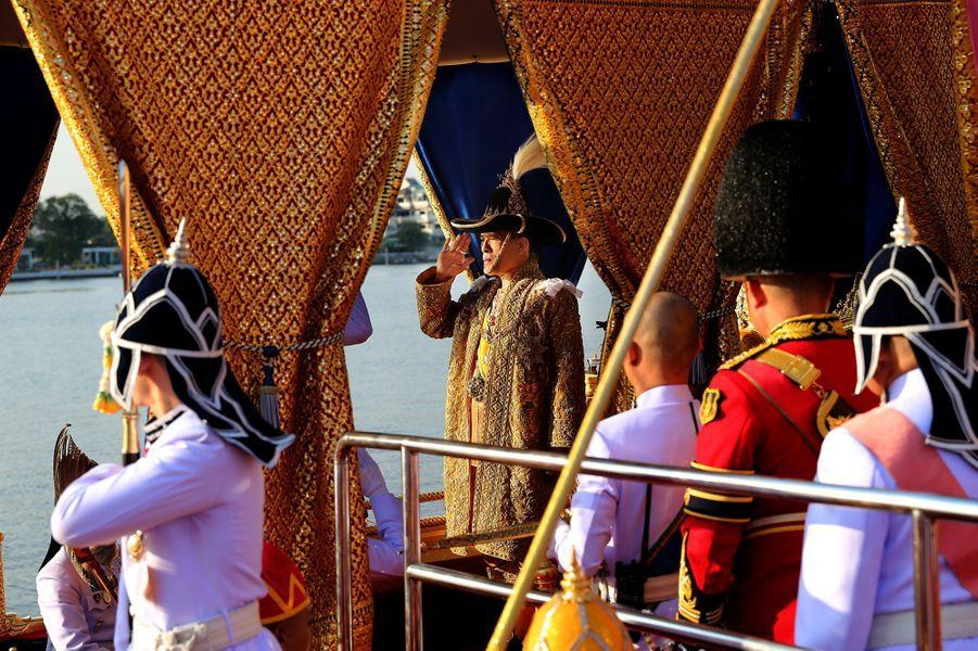 Le roi de Thaïlande Maha Vajiralongkorn (Rama X) lors de la procession de la barge royale à Bangkok, le 12 décembre 2019