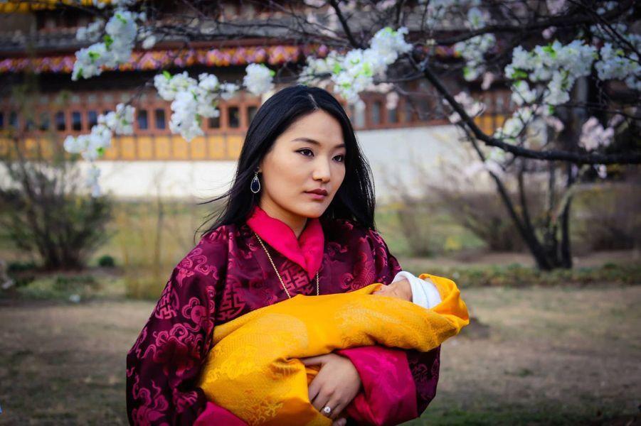 La reine du Bhoutan avec son bébé le prince héritier à l'âge de 2 semaines, le 19 février 2016