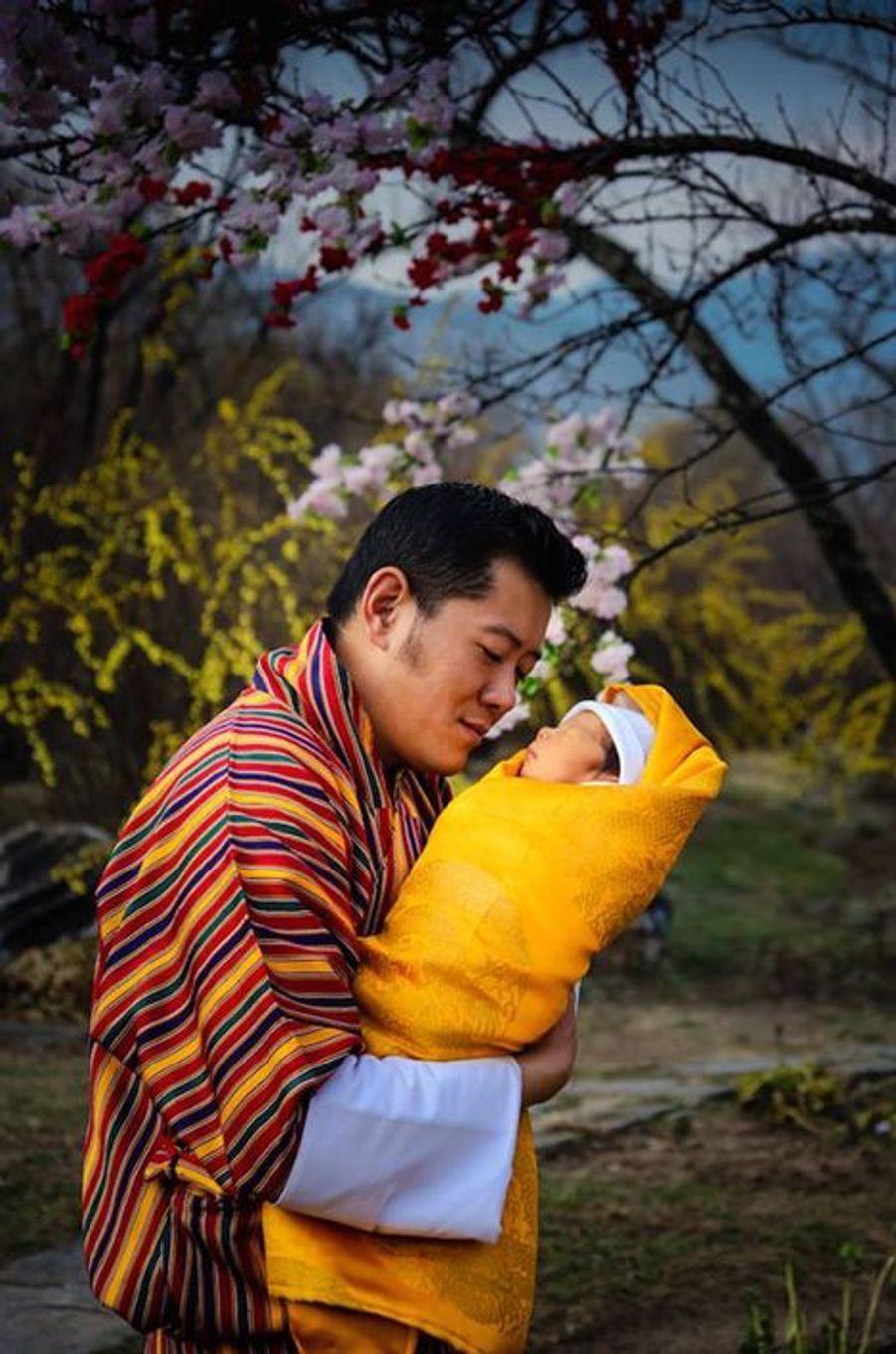 Le roi du Bhoutan avec son bébé le prince héritier à l'âge de 2 semaines, le 19 février 2016