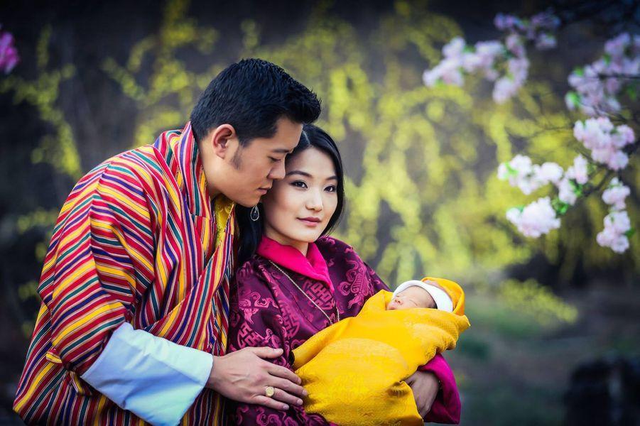 Le roi et la reine du Bhoutan avec leur bébé le prince héritier à l'âge de 2 semaines, le 19 février 2016
