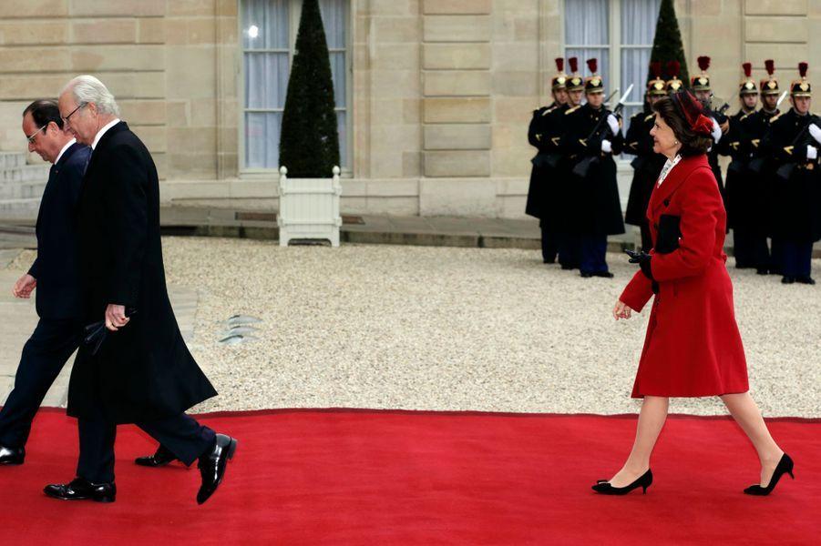 La reine Silvia de Suède, avec le roi Carl XVI Gustaf et François Hollande, à Paris, le 2 décembre 2014