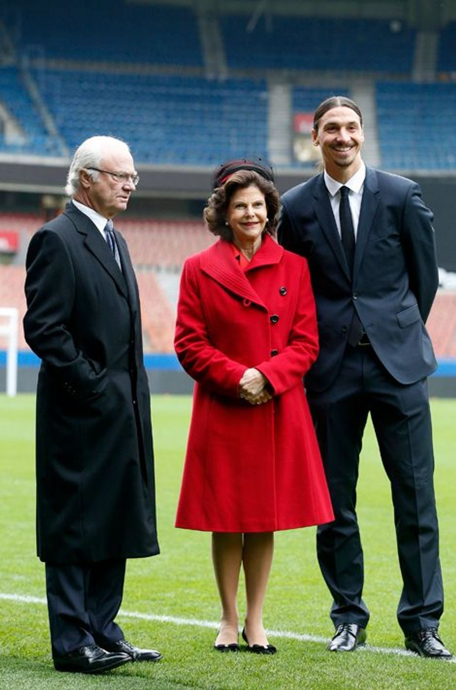 La reine Silvia de Suède, avec le roi Carl XVI Gustaf et Zlatan Ibrahimovic, à Paris, le 2 décembre 2014
