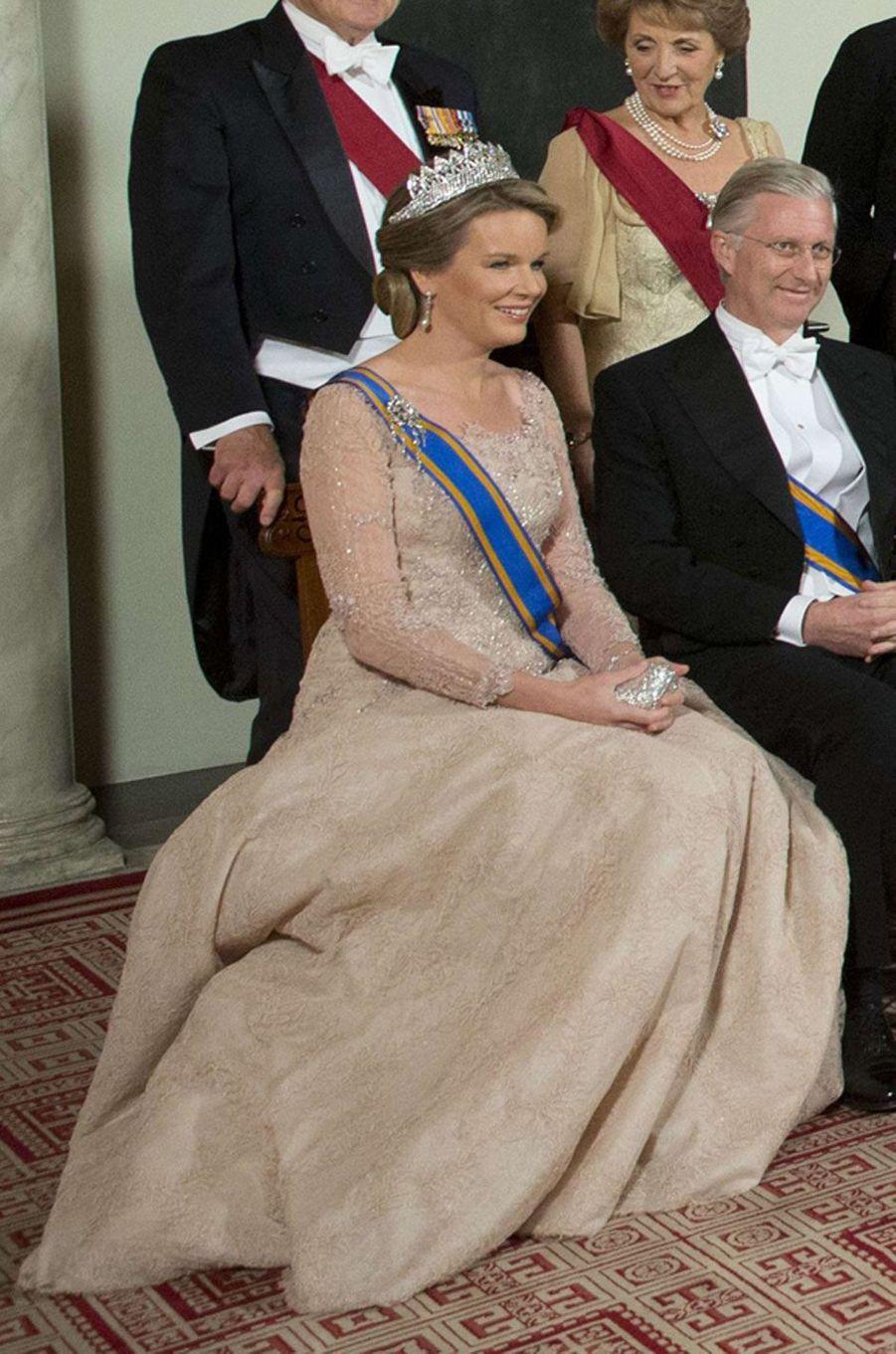 La reine Mathilde de Belgique dans une robe Pierre Gauthier à Amsterdam, le 28 novembre 2016