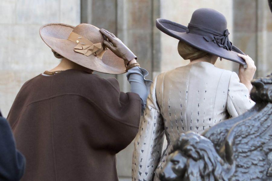 Les reines Maxima des Pays-Bas etMathilde de Belgique arboraient de grandes capelines à Amsterdam, le 28 novembre 2016