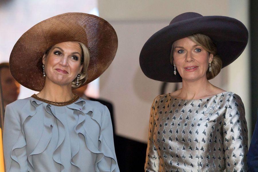 Maxima des Pays-Bas dans une robe Claes Iversen etMathilde de Belgique dans une robe Natan à Amsterdam, le 28 novembre 2016