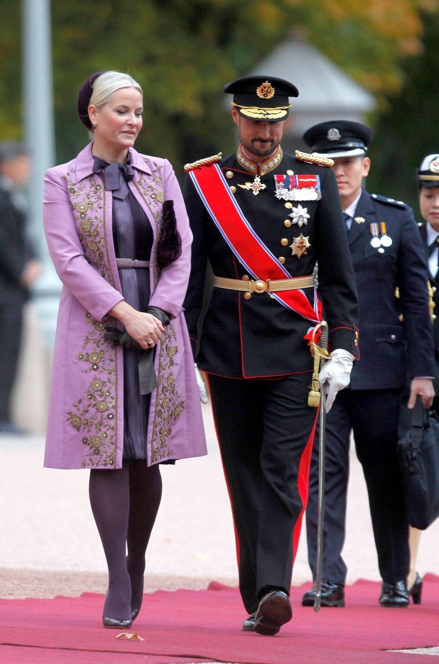 La princesse Mette-Marit de Norvège dans un manteau Alberta Ferretti, le 10 octobre 2016