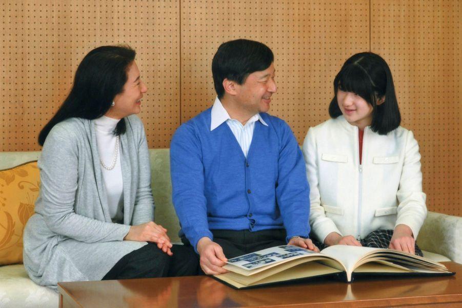 ... entouré de son épouse Masako et de sa fille Aiko, pour une séance de photos officielles à l'occasion de son 54e anniversaire.