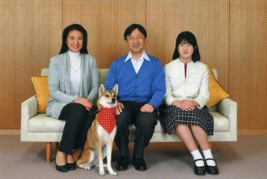 ... entouré de son épouse Masako, sa fille Aiko et du chien Yuri, pour une séance de photos officielles à l'occasion de son 54e anniversaire.