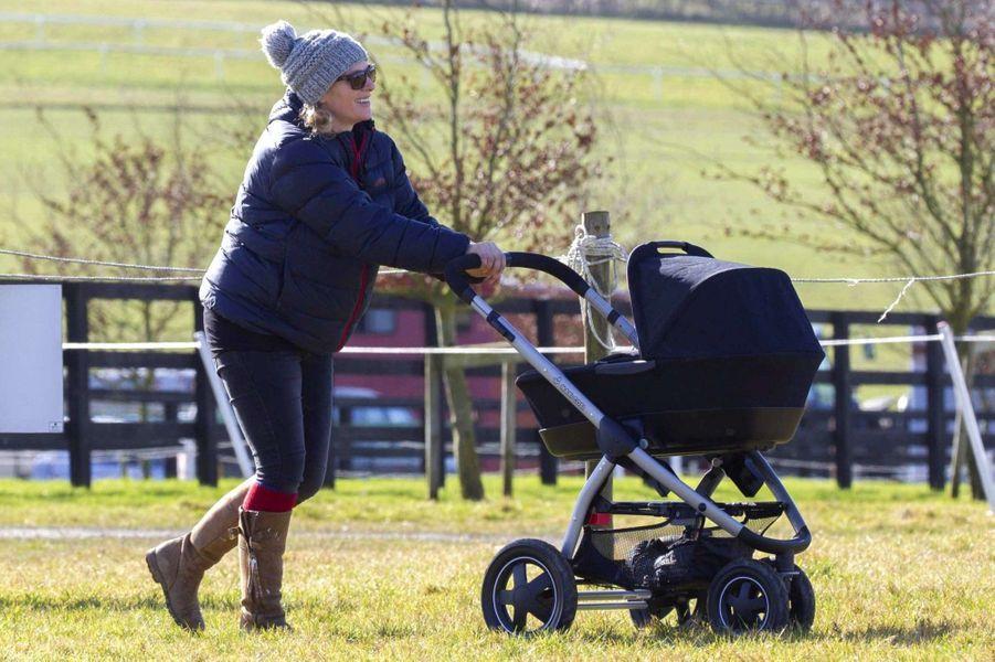 Première sortie aux courses de chevaux pour le bébé de Zara