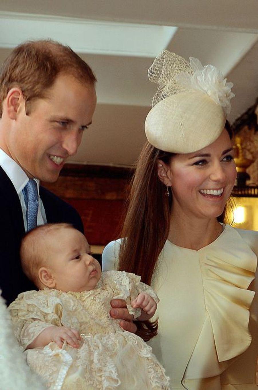 Kate et William avec leur fils George, lors de son baptème le 23 octobre 2013