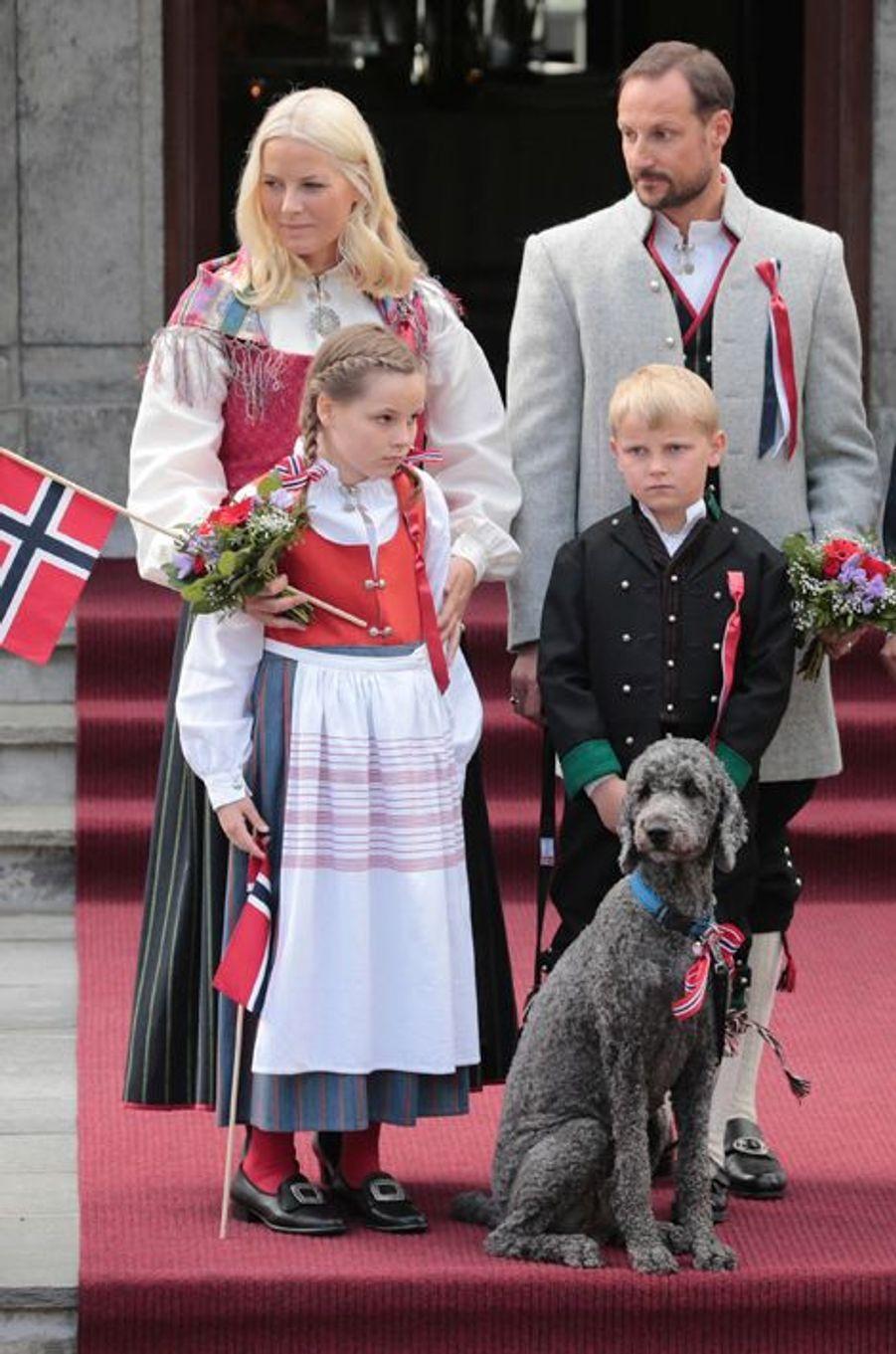 Mette-Marit et Haakon avec leurs enfants Ingrid-Alexandra et Sverre-Magnus, le 17 mai 2014