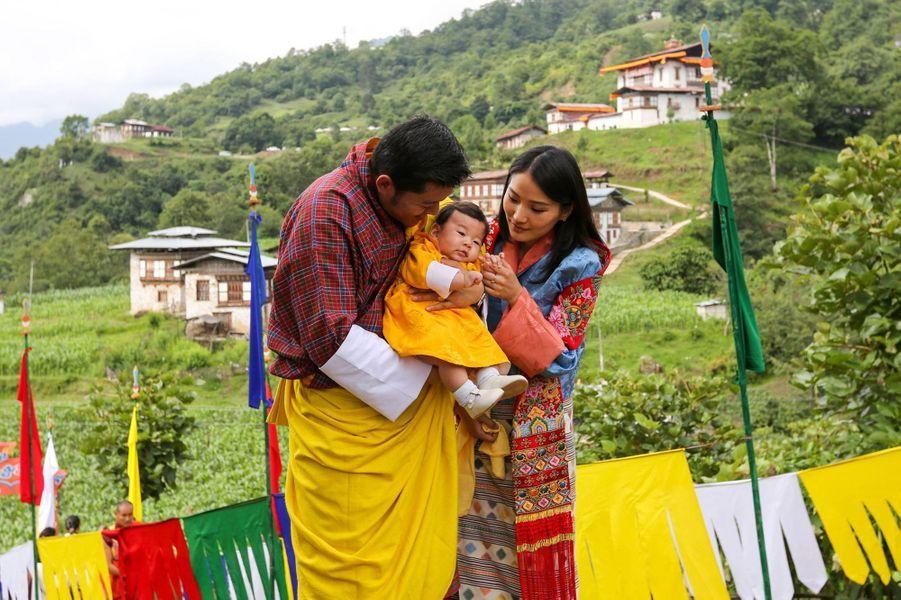 Le prince Jigme Namgyel Wangchuck du Bhoutan avec ses parents, le 15 juin 2016