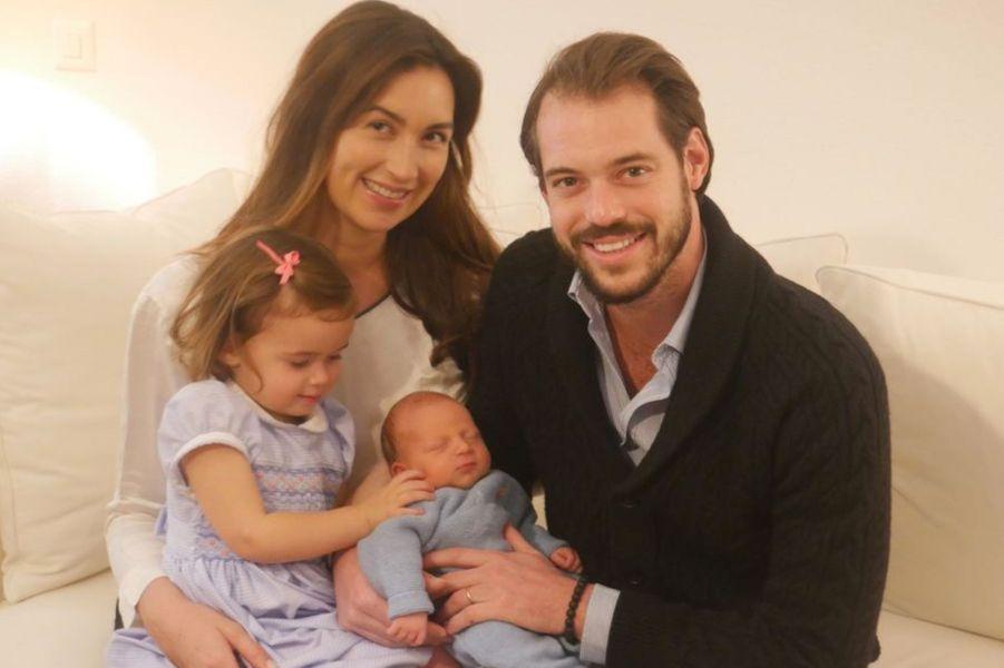 Le prince Liam de Luxembourg avec ses parents et sa grande soeur, photo diffusée le 6 décembre 2016