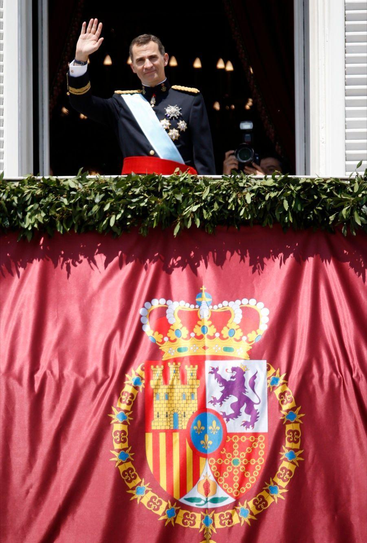 Felipe, roi d'Espagne, acclamé au balcon du palais
