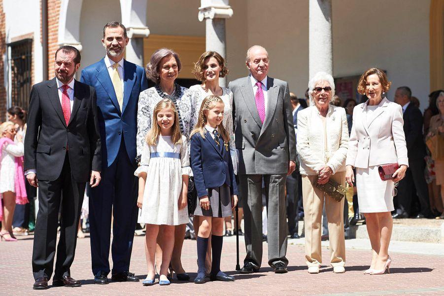 Ce mercredi 10 mai à Madrid, la princesse des Asturies Leonor, héritière de la couronne d'Espagne, faisait sa première communion entourée de toute sa famille. Pour l'occasion, la fillette de 10 ans et demi rassemblait autour d'elle, outre ses parents, la reine Letizia et le roi Felipe VI, et sa petite sœur Sofia, ses grands-parents paternels autant que maternels et son arrière-grand-mère.Chaque dimanche, le Royal Blog de Paris Match vous propose de voir ou revoir les plus belles photographies de la semaine royale.