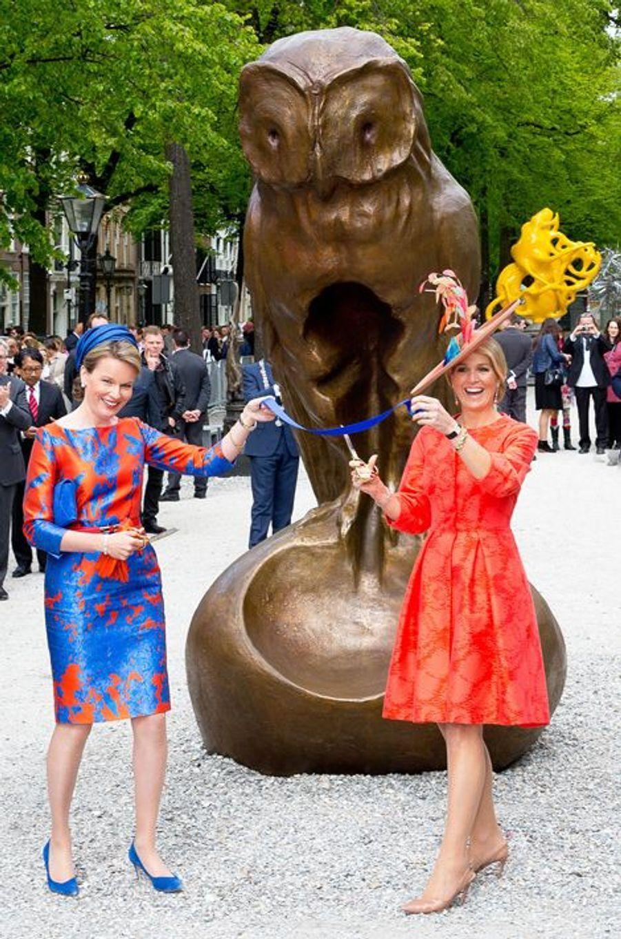 Ce mercredi 20 mai, la reine Maxima a invité Mathilde sur ses terres. Et c'est conjointement et dans la bonne humeur que la reine des Pays-Bas et celle de Belgique ont inauguré l'exposition d'art contemporain flamand «Vormidable» organisée par le Beelden aan Zee Museum de La Haye.Chaque dimanche, le Royal Blog de Paris Match vous propose de voir ou revoir les plus belles photographies de la semaine royale.