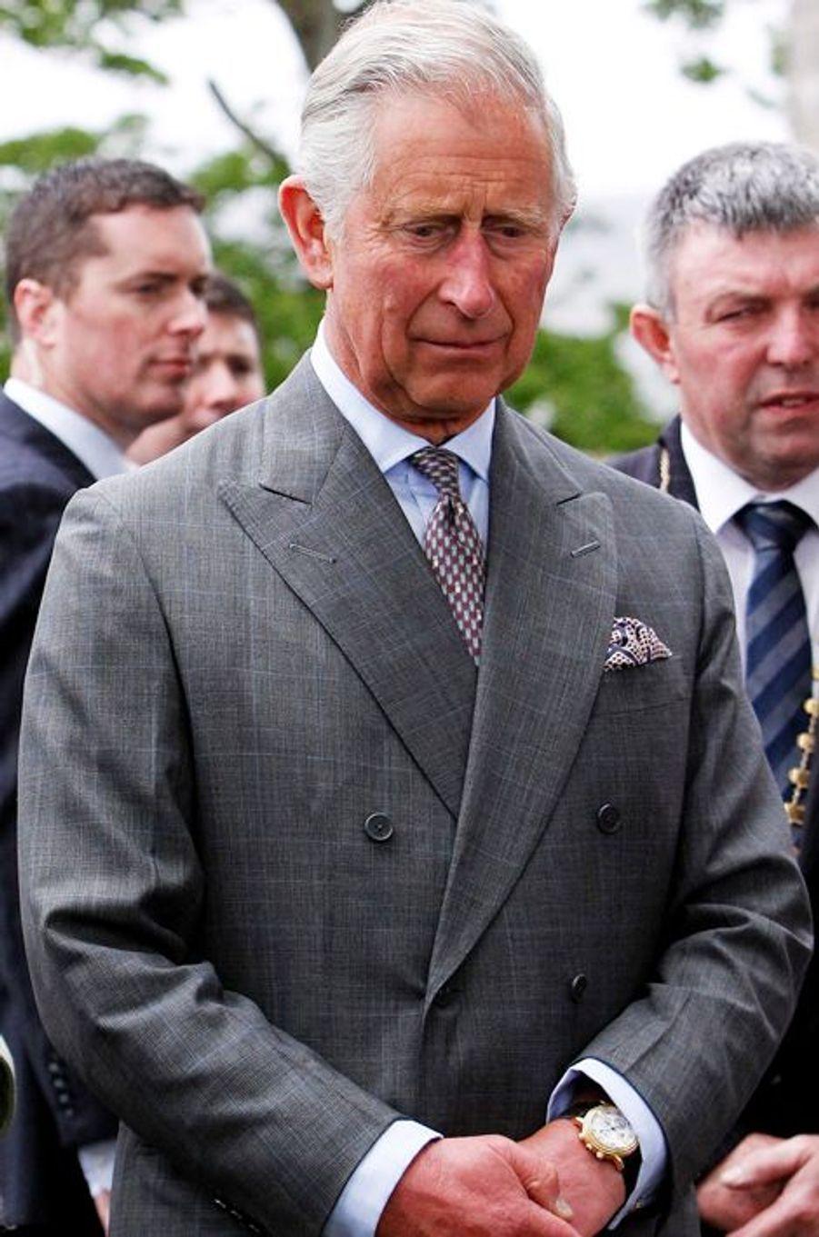 Ce mercredi 20 mai, le Prince Charles et son épouse Camilla ont assisté à une messe pour la paix dans la paroisse de Drumcliffe à Sligo, en Irlande où ils effectuaient un voyage officiel. Le fils de la reine Elizabeth II a confié «comprendre profondément la souffrance» des victimes du conflit nord-irlandais, avant de visiter pour la première fois le lieu où Lord Mountbatten, le «grand-père qu'(il) n'a jamais eu», a été tué par l'IRA. Chaque dimanche, le Royal Blog de Paris Match vous propose de voir ou revoir les plus belles photographies de la semaine royale.