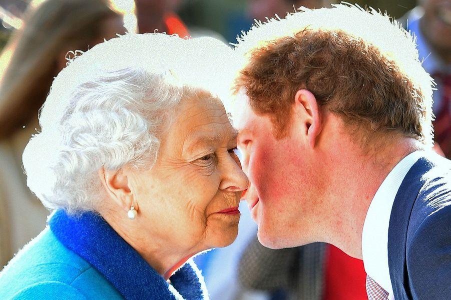 Ce lundi 18 mai, le prince Harry, tout juste rentré de Nouvelle-Zélande, a accueilli son illustre grand-mère la reine Elizabeth II, mais aussi son père le prince Charles accompagné de sa femme la duchesse de Cornouailles Camilla au Chelsea Flower Show à Londres pour leur faire découvrir son jardin de Sentebale.Chaque dimanche, le Royal Blog de Paris Match vous propose de voir ou revoir les plus belles photographies de la semaine royale.