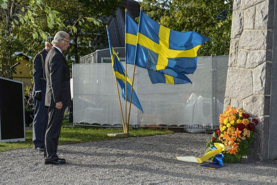 Carl XVI Gustaf devant la stèle en mémoire des victimes de l'Estonia