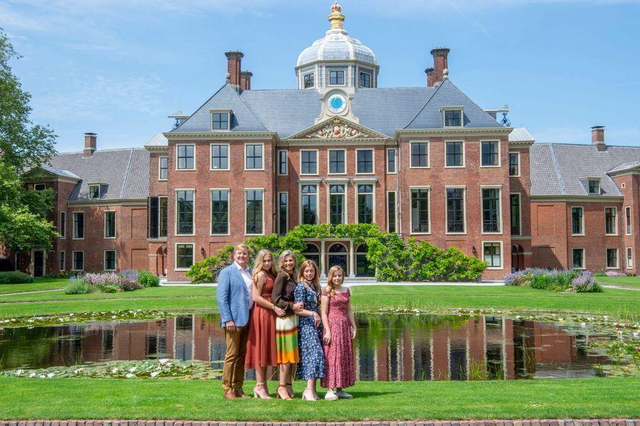 La reine Maxima et le roi Willem-Alexander des Pays-Bas avec leurs filles devant leur palais Huis ten Bosch à La Haye, le 19 juillet 2019