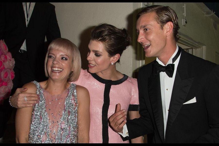 La chanteuse Lily Allen, avec Charlotte Casiraghi et son frère Pierre Casiraghi, lors du Bal de la Rose à Monaco, le samedi 28 mars.