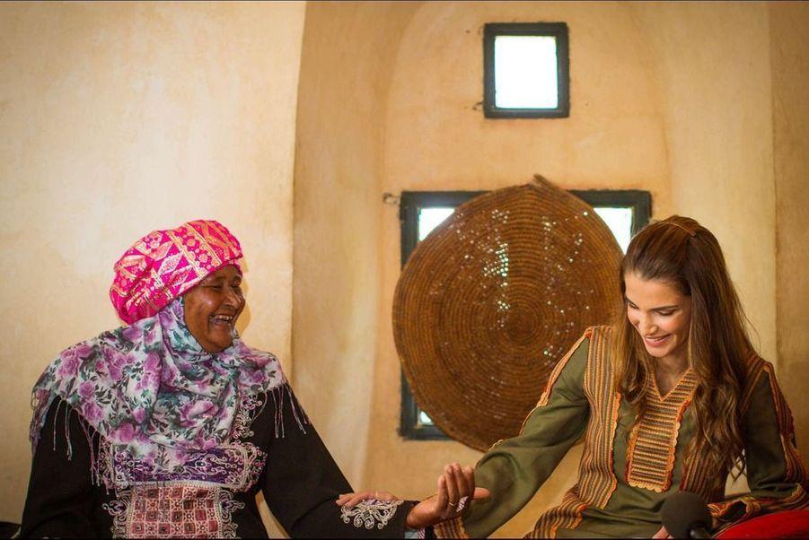 À voir les photographies prises lundi 30 mars, lors du déplacement officiel de Rania de Jordanie à Tabaqet Fahel, une ville de 48 000 habitants située dans la province d'Irbid au nord d'Amman, il n'y a aucun doute. Les femmes qu'elle est venue rencontrer étaient ravies de voir leur reine.