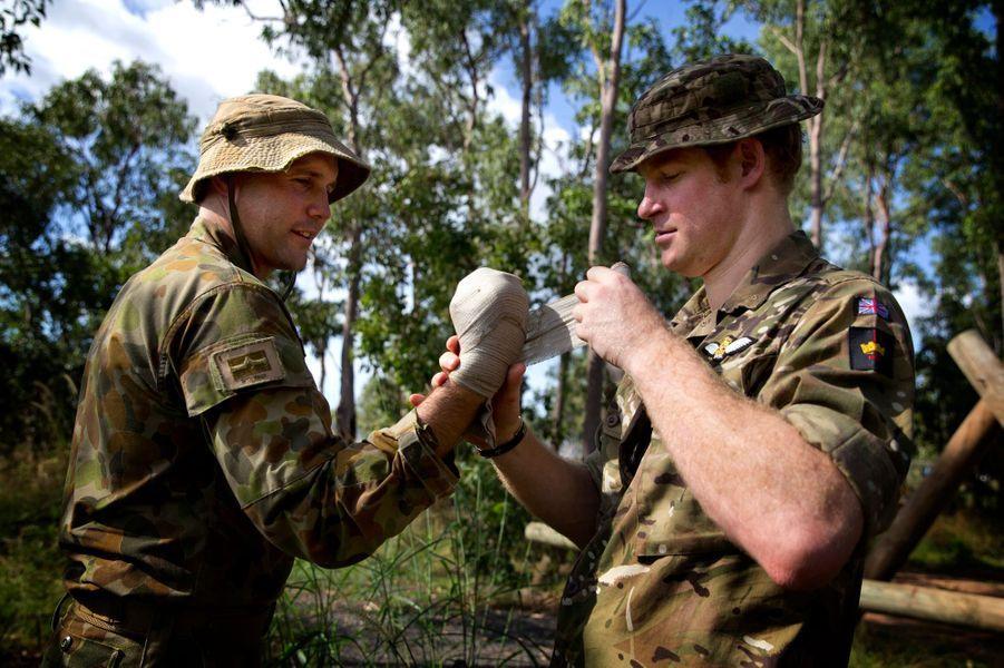 Le mercredi 15 avril, à Darwin en Australie, le prince Harry, en tenue de camouflage, a participé à des exercices de tir du 8e/12e régiment, le Royal Australian Artillery.Chaque dimanche, le Royal Blog de Paris Match vous propose de voir ou revoir les plus belles photographies de la semaine royale.