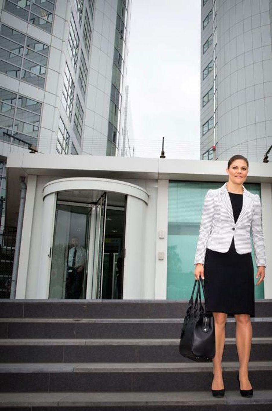 Durant deux jours, la princesse Victoria de Suède a effectué une visite de travail aux Pays-Bas et en Belgique sur les thèmes de l'immigration, de l'intégration et des réfugiés. Ce mercredi 22 avril, elle était à la Cour pénale internationale à La Haye.Chaque dimanche, le Royal Blog de Paris Match vous propose de voir ou revoir les plus belles photographies de la semaine royale.