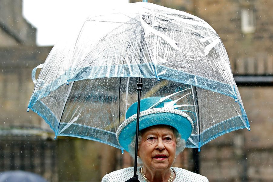Avec Elizabeth II rien n'est jamais laissé au hasard question look. Ce vendredi 29 mai, la Reine s'affichait à Lancaster sous un parapluie parfaitement coordonné à sa tenue.Chaque dimanche, le Royal Blog de Paris Match vous propose de voir ou revoir les plus belles photographies de la semaine royale.