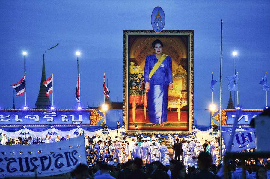 Ce mercredi 12 août, les Thaïlandais ont célébré l'anniversaire de l'épouse de leur souverain. Né en 1932, la reine Sirikit fête cette année ses 83 ans.Chaque dimanche, le Royal Blog de Paris Match vous propose de voir ou revoir les plus belles photographies de la semaine royale.