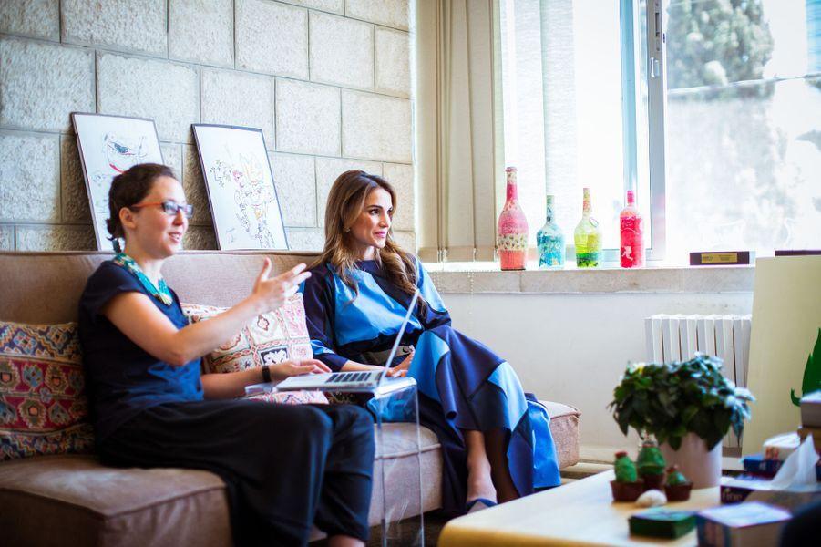 Ce mercredi 12 août, Rania de Jordanie avait rendez-vous avec de jeunes entrepreneurs jordaniens à Amman. Pour l'occasion, la Reine de bientôt 45 ans s'affichait dans un total look bleu aux lignes géométriques.Chaque dimanche, le Royal Blog de Paris Match vous propose de voir ou revoir les plus belles photographies de la semaine royale.