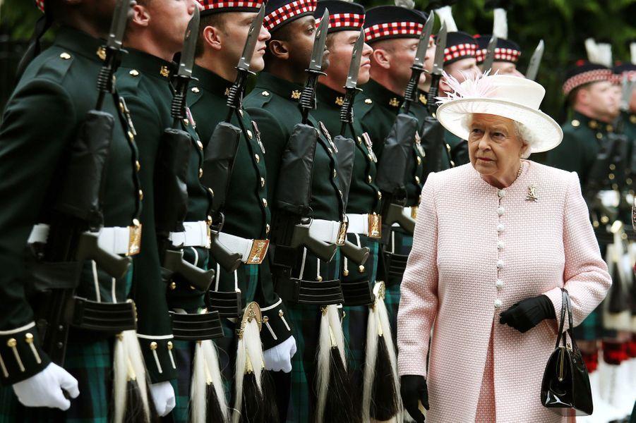 Ce lundi 10 août a marqué officiellement et militairement l'installation de la reine Elizabeth II dans son château écossais de Balmoral pour l'été. Chaque dimanche, le Royal Blog de Paris Match vous propose de voir ou revoir les plus belles photographies de la semaine royale.