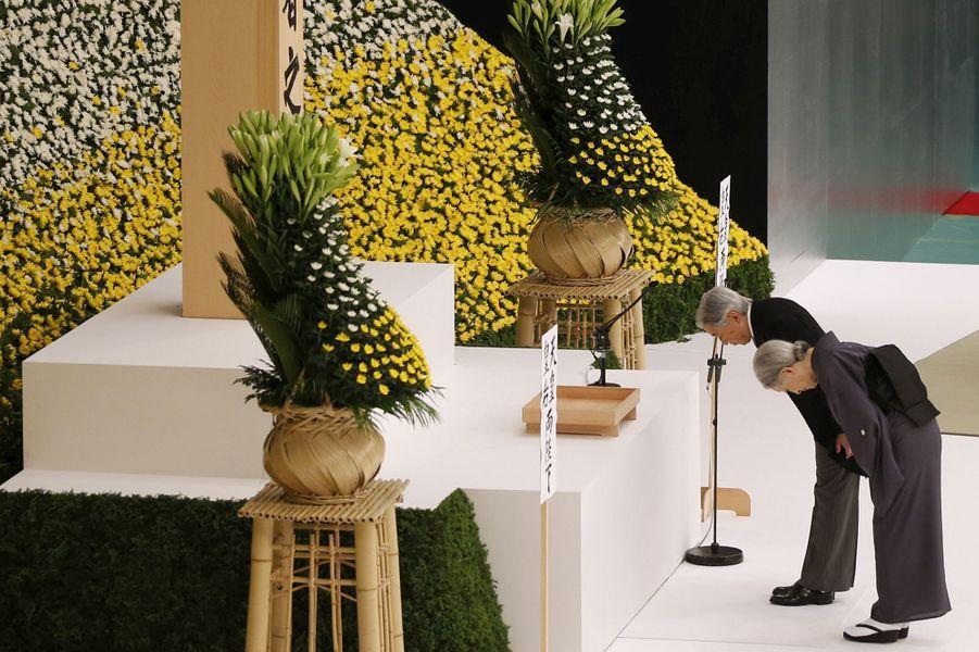 Ce samedi 15 août, le Japon a commémoré le 70eanniversaire de la fin de la Seconde Guerre mondiale, du fait de sa reddition.Malgré ses soucis cardiaques, l'impératrice Michiko accompagnait son époux pour la cérémonie qui s'est déroulée au centre de Tokyo.Chaque dimanche, le Royal Blog de Paris Match vous propose de voir ou revoir les plus belles photographies de la semaine royale.