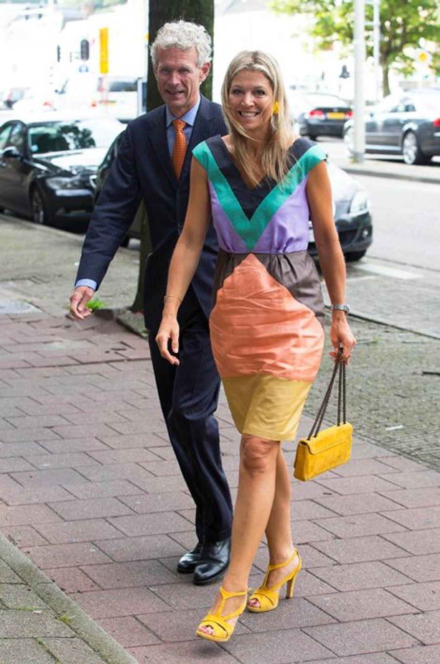 Après avoir arboré des tons pastel la veille, la reine Maxima des Pays-Bas était assurément haute en couleur au vrai sens du terme ce vendredi 28 août à La Haye, pour visiter la fondation Talentcoach.Chaque dimanche, le Royal Blog de Paris Match vous propose de voir ou revoir les plus belles photographies de la semaine royale.