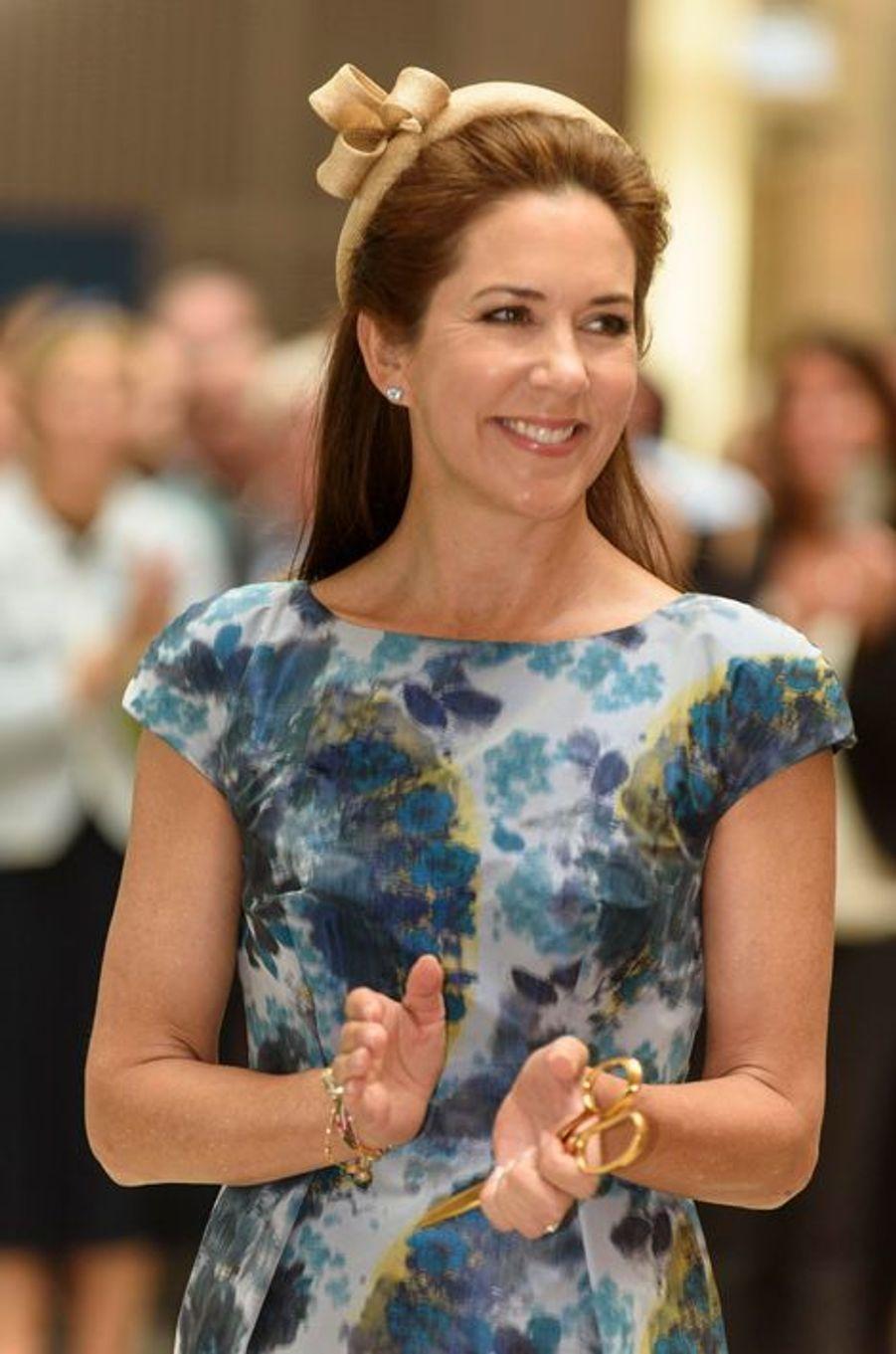 Comme le mardi précédent, la princesse Mary de Danemark a choisi, ce lundi 24 août, de mettre en avant par son look la styliste danoise Signe Bogelund Jensen, alors qu'elle inaugurait un hôpital psychiatrique à Slagelse.Chaque dimanche, le Royal Blog de Paris Match vous propose de voir ou revoir les plus belles photographies de la semaine royale.