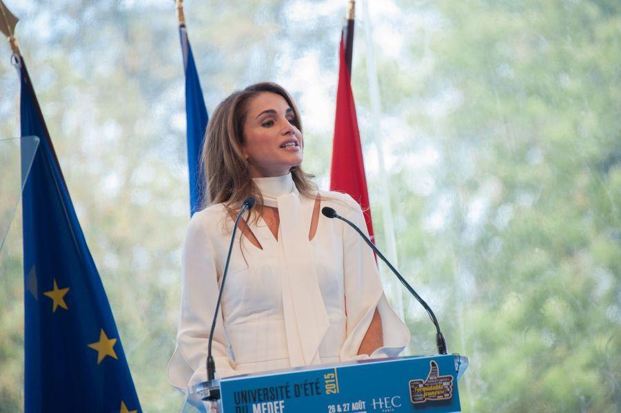 La reine Rania de Jordanie était ce mercredi 26 août l'invitée d'honneur de l'université d'été du Medef, consacrée cette année au thème de la jeunesse. L'épouse du roi Abdallah II de Jordanie était accompagnée de leur fille, la princesse Iman.Dans son discours d'ouverture de l'université d'été du Medef, la reine de Jordanie a estimé que les musulmans modérés ne faisaient «pas assez» pour lutter contre Daech et a appelé à miser sur la jeunesse pour éviter que la région ne soit «dévastée».Chaque dimanche, le Royal Blog de Paris Match vous propose de voir ou revoir les plus belles photographies de la semaine royale.