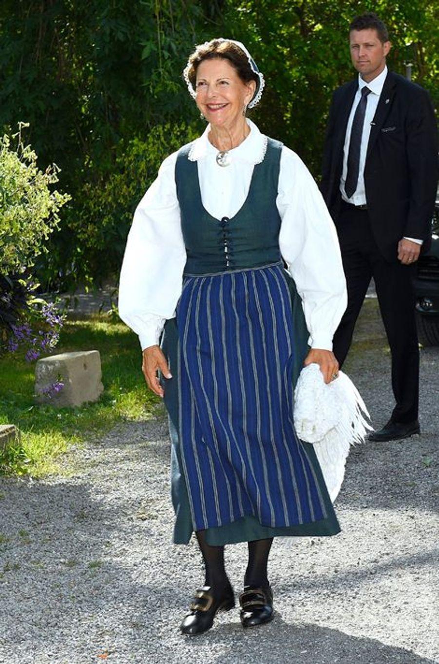 Ce mercredi 26 août, alors que la princesse Victoria de Suède remettait des prix à Stockholm dans une robe d'été légère, sa mère la reine Silvia dégainait une tenue folklorique non loin de là, à Ekero.Chaque dimanche, le Royal Blog de Paris Match vous propose de voir ou revoir les plus belles photographies de la semaine royale.