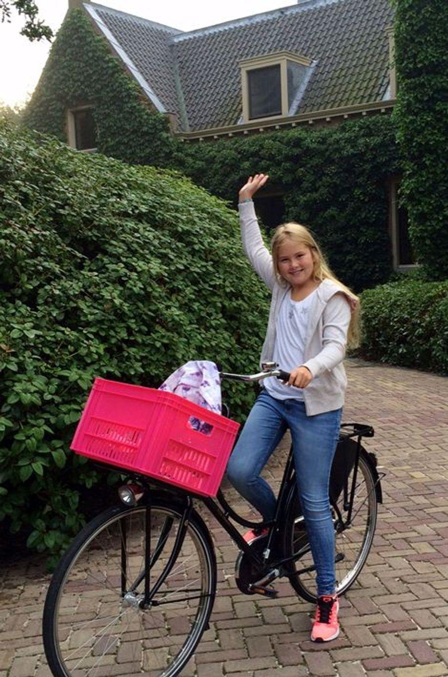 Ce lundi 24 août, c'est à vélo que la princesse Catharine-Amalia des Pays-Bas, qui fêtera en décembre ses 12 ans, a quitté la maison de ses parents, le roi Willem-Alexander et le reine Maxima, pour rejoindre sa nouvelle école. Fier de sa grande fille, le roi Willem-Alexander n'a pas manqué d'immortaliser lui-même son départ à bicyclette, le temps d'une courte vidéo.Chaque dimanche, le Royal Blog de Paris Match vous propose de voir ou revoir les plus belles photographies de la semaine royale.
