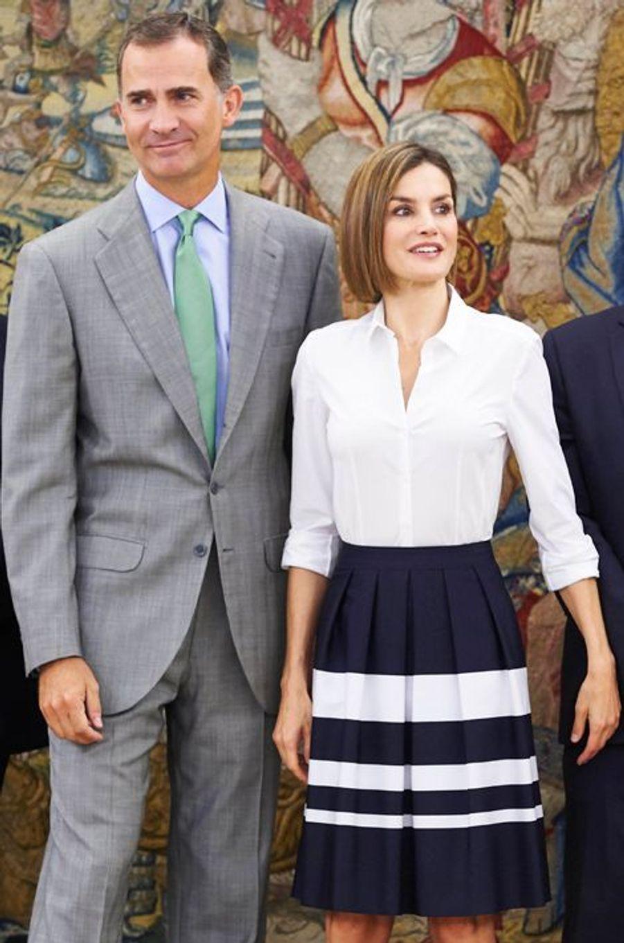 Surprise! Pour sa rentrée après sa pause estivale, la reine Letizia est apparue ce mercredi 2 septembre au palais de la Zarzuela à Madrid aux côtés de son époux Felipe, tel qu'on ne l'avait jamais vu depuis qu'il a coiffé la couronne d'Espagne. Rasé et rajeuni par la même occasion.Chaque dimanche, le Royal Blog de Paris Match vous propose de voir ou revoir les plus belles photographies de la semaine royale.