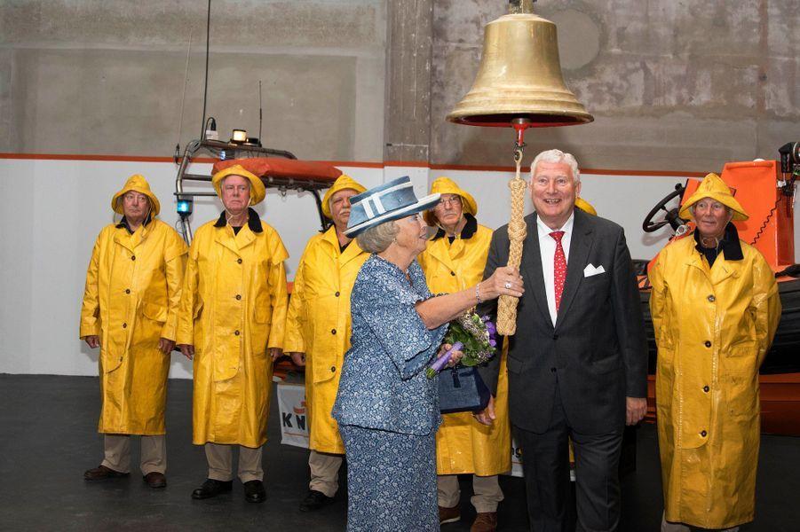 Les cirés jaunes étaient de sortie ce mardi 8 septembre dans la commune de Den Helder, à la pointe nord de la Hollande-Septentrionale, où l'ex-reine Beatrix des Pays-Bas était attendue dans un musée dédié au sauvetage en mer.Chaque dimanche, le Royal Blog de Paris Match vous propose de voir ou revoir les plus belles photographies de la semaine royale.