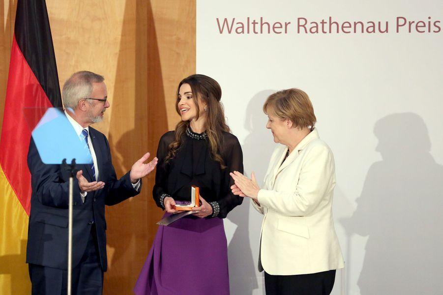 Ce jeudi 17 septembre, la reine Rania de Jordanie a reçu à Berlin, des mains de la chancelière allemande Angela Merkel, le prix Walther Rathenau, honorant son travail pour la promotion de la paix et la compréhension entre les pays et les religions. L'occasion pour l'épouse du roi Abdallah II d'exhorter les nations européennes à ne pas verrouiller la porte aux réfugiés syriens et ce, notamment, afin de ne pas stimuler l'extrémisme.Chaque dimanche, le Royal Blog de Paris Match vous propose de voir ou revoir les plus belles photographies de la semaine royale.
